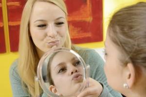 Logopädie und Sprachtherapie vor Spiegel